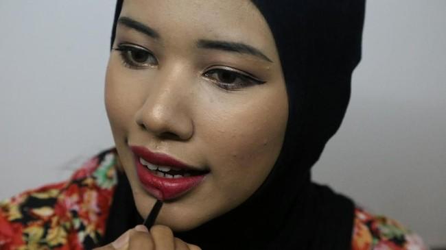 Seorang blogger Muslim Myanmar mencoba mengubah stigma umat muslim di negara tersebut dengan cara mengajarkan cara berbusana dan kecantikan.