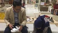 <p>Saat Ridwan Kamil menggantikan peran sang istri untuk sementara: menemani Zara membeli sepatu hi-hi-hi. (Foto: Instagram @ridwankamil)</p>