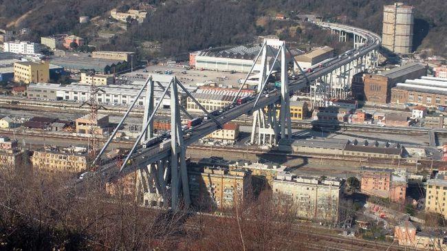 Polisi Italia mengatakan jembatan jalan bebas hambatan di kota Genoa roboh karena hujan badai yang melanda kota di Italia itu.