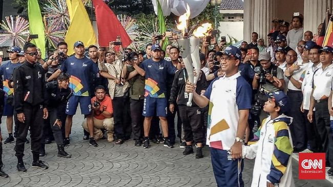 Anies Baswedan mengatakan karena jabatan wakil gubenur sudah ditinggal Sandiaga Uno, maka dirinya yang harus melepas obor Asian Games 2018 tersebut.