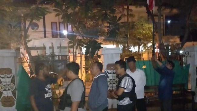 Pengacara publik LBH Surabaya menyatakan, mereka ditahan untuk dimintai keterangan dalam kasus dugaan penganiayaan. Pengacara belum tahu soal kasus makar.