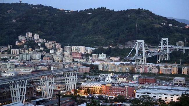 Setiap hari mereka mendengarkan berita runtuhnya jembatan Genoa. Duka serasa tak kunjung usai.