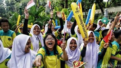 Antusiasnya Anak-anak Saksikan Pawai Obor Asian Games 2018