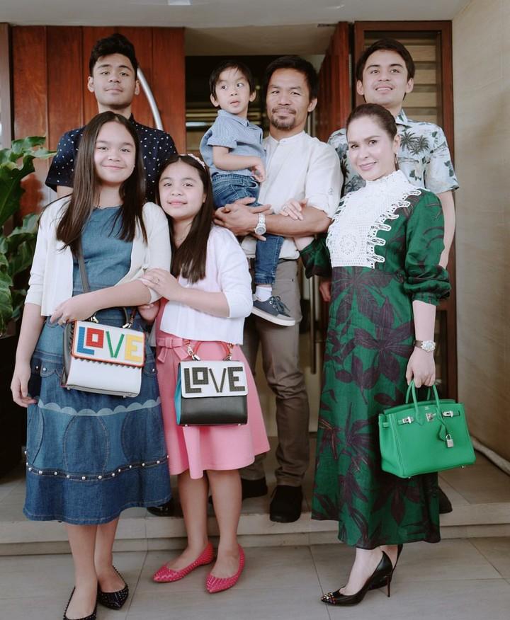 Mantan petinju Filipina, Manny Pacquiao, boleh sangar di ring. Tapi sebagai suami dan ayah ia seorang family man banget lho.