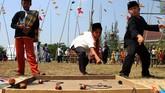 Bermain permainan tradisional bagi kebanyak masyarakat Indonesia adalah tentang kebersamaan, dan keceriaan selama menjalankannya.