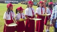 <p>Anak-anak yang berprestasi mendapat penghargaan di acara upacara 17 Agustus. (Foto: Instagram @asmaranty_mom)</p>