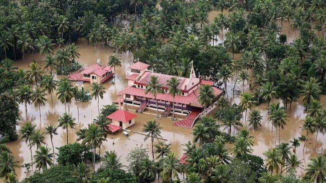 Banjir besar yang melanda negara bagian Kerala, India, membuat ribuan orang terperangkap dan menewaskan lebih dari 300 orang.