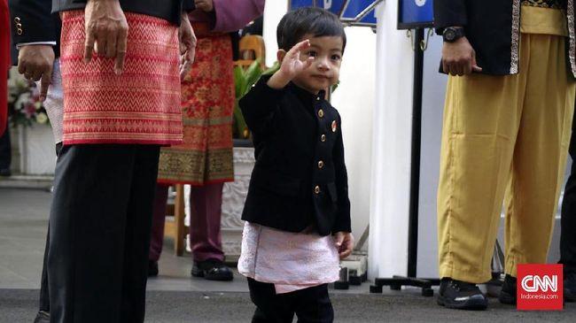 Netizen kecewa karena cucu Presiden Joko Widodo, Jan Ethes, tak nampak saat pelantikan.