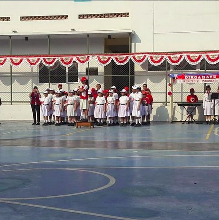 Anak-anak ikut merayakan upacara 17 Agustus. Yuk simak semangat anak-anak yang ikut upacara hari kemerdekaan RI.