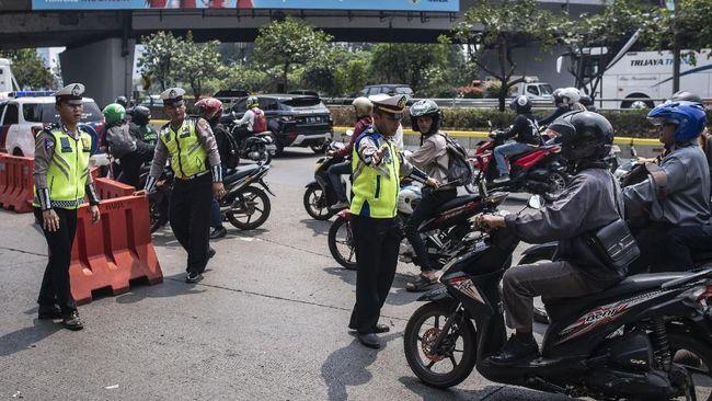 Terkait pembatasan mobilitas di Jakarta, polisi akan melakukan penyekatan ruas jalan pada pukul 21.00 hingga 04.00 WIB.
