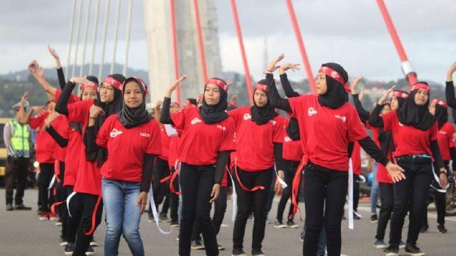 Para siswa melakukan Flash Mob Pesona Merah Putih di Jembatan Merah Putin Ambon.