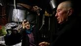 Demi hidup yang leluasa untuk memelihara hewan ternak dan bercocok tanam, sebuah pasangan pindah ke pondok dalam sebuah hutan di Belarusia, perbatasan Rusia.