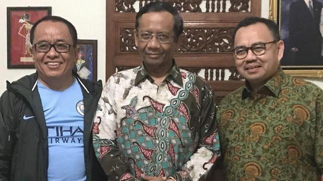 Said Didu memberikan jersey Manchester United kepada Mahfud MD sebagai bentuk persahabatan sekaligus pelipur lara usai batal menjadi cawapres Joko Widodo.