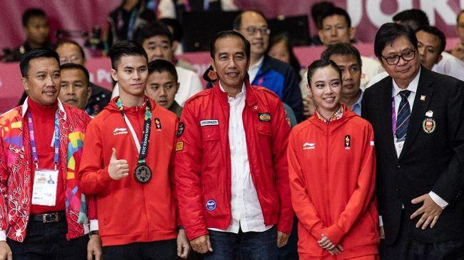 Setelah 'mengguncang' Asia dengan aksi bermotornya di pembukaan Asian Games, gaya busana Presiden Indonesia Jokowi kembali jadi pembicaraan dan fenomena.