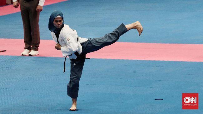 Defia Rosmaniar menjadi atlet pertama berhijab yang mampu meraih emas pertama Indonesia di ajang Asian Games.