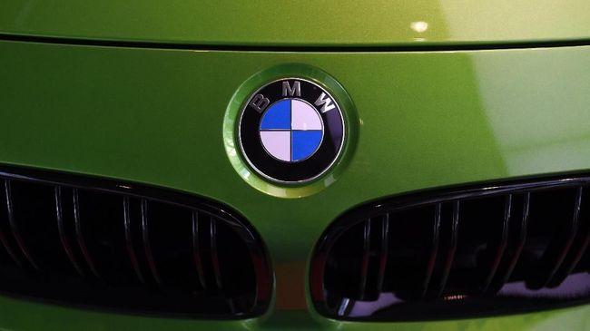 Seorang pria di China ditahan setelah menggores sebuah sedan BMW di ruang pamer di Jiangxi, demi dibelikan mobil oleh ayahnya.