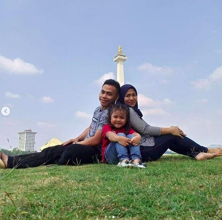 Atlet angkat besi Eko Yuli meraih medali emas untuk Indonesia dalam Asian Games 2018. Eko adalah sosok family man yang sering family time bareng keluarga.
