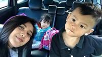 <p>Wefie dulu bersama dua keponakan yang manis. (Foto: Instagram @rayanurfitrird)</p>