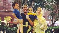 <p>Tontowi Ahmad langsung family time bareng anak istri usai berlaga di Singapore Open. Menurutnya family time merupakan salah satu cara menikmati hidup. (Foto: Instagram @tontowiahmad_)</p>