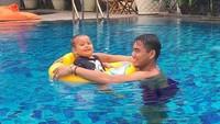 <p>Happy time sama papa di kolam renang di Solo. (Foto: Instagram @danisharsenio)<br /><br /></p>