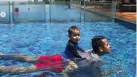 <p>Tontowi mengajak anak pertamanya, Danish, berenang. Segar ya main air! (Foto: Instagram @tontowiahmad_)<br /><br /></p>