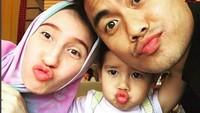 <p>Wefie duke face merupakan salah satu cara family time keluarga Tontowi. (Foto: Instagram @tontowiahmad_)<br /><br /></p>
