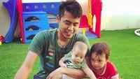 <p>Tontowi menyempatkan bermain bersama dua anaknya. Wah seru banget. (Foto: Instagram @tontowiahmad_)<br /><br /></p>