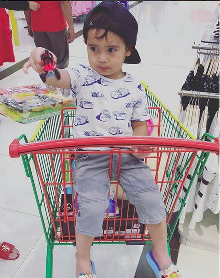 Pebulu tangkis Tontowi Ahmad memiliki anak sulung yang lucu bernama Danish Arsenio Ahmad. Simak yuk potret Danish, Bun.