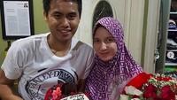 <p>Ini saat Tontowi memberikan bunga dan kue ulang tahun kepada istrinya, Michelle Ahmad, yang berulang tahun. Romantis banget ya, Bun! (Foto: Instagram @tontowiahmad_)</p>