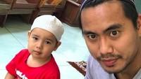 <p>Ketika Ayah dan anak kompak hendak pergi salat Jumat. (Foto: Instagram @tontowiahmad_)<br /></p>