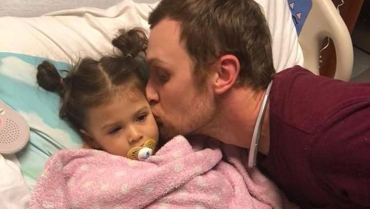 Ayah ini ingin menyemangati sang anak yang kena leukemia. Cara manis pun dilakukannya supaya sang putri semangat ketika kemoterapi.
