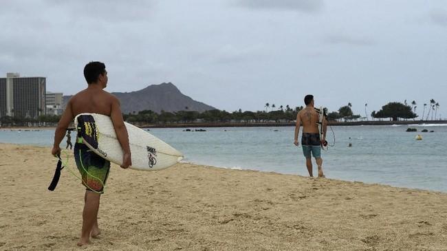 Warga Hawaii bersiap menghadapi Badai Lane sementara Presiden Donald Trump mendeklarasikan situasi darurat karena longsor dan banjir sudah mulai menutup jalan.