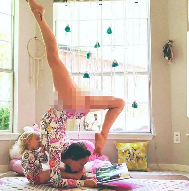 Sambil yoga, ibu bernama Carlee Benear ini menyusui putrinya yang berumur 2 tahun. Yuk lihat aksinya, Bun.