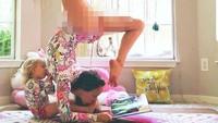 <p>Carlee memang mengisi waktu di rumah dengan yoga. Dia rutin yoga sambil menyusui si kecil Maramylee yang kini berumur 2 tahun. (Foto: Instagram/ @carleebyoga) </p>