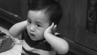 <p>Kecil-kecil bocah ini semangat banget jadi muazin. (Foto: Instagram/@thika646) </p>