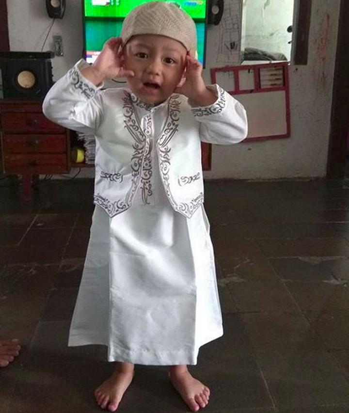 <p>Ayo, Bun, kita ke masjid. Aku sudah siap jadi muazin nih. (Foto: Instagram/@arry2662) </p>