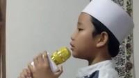 <p>Khusyuknya bocah yang satu ini saat jadi muazin. (Foto: Instagram/@nuriyani_syarifah) </p>