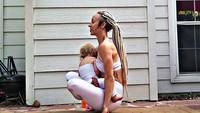 <p>Si kecil Maramylee pun nggak masalah disusui bundanya yang sedang yoga kayak gini. (Foto: Instagram/ @carleebyoga)</p>