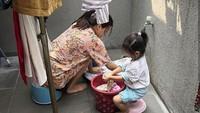 <p>Membantu bundanya mencuci pakaian pun kerap dilakukan Thalia. (Foto: Instagram @ruben_onsu)</p>