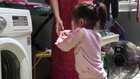 <p>Bunda Sarwendah yang menyeterika, Thalia yang menata bajunya. Hmm, kerja sama yang apik. (Foto: Instagram @ruben_onsu)</p>