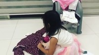 <p>Merapikan pakaian? Bukan masalah bagi Thalia. (Foto: Instagram @sarwendah29)</p>