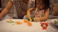 <p>Membantu sang bunda masak di dapur? Thalia nggak segan melakukannya. (Foto: Instagram @sarwendah29)</p>