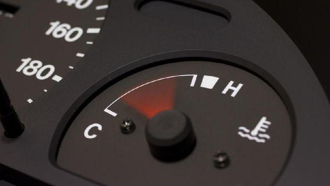 Jarum temperatur kadang tidak menunjukkan kondisi mesin sebenarnya karena pengukurnya yang kurang baik atau pengaruh air radiator.