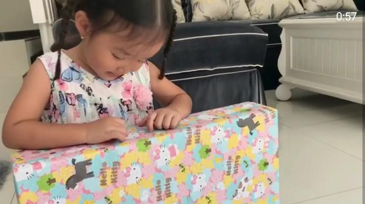 <p>Saat Thalia berulang tahun ketiga beberapa waktu lalu, dia mendapat banyak kado nih. Nah, Thalia nggak minta bantuan orang tuanya saat membuka bungkus kado. Dia memilih melakukannya sendiri. (Foto: Instagram @sarwendah29)</p>