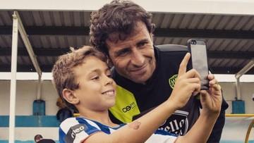 Senyum Luis Milla Saat Bersama Anak-anak