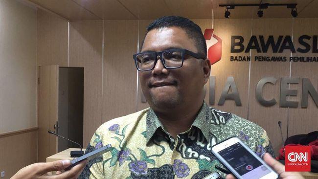 Meski sudah meminta polisi menelurusi, Bawaslu mengaku tetap menginvestigasi pihak yang berada di balik produksi tabloid Indonesia Barokah.