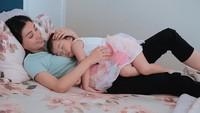 <p>Sarwendah bahagia banget saat anaknya tidur dengan posisi begini. Bagi Sarwendah, rasanya nyaman dan bonding yang kuat anak dengan ibunya. (Foto: Instagram @sarwendah29)</p>