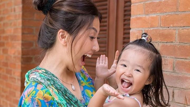 <p>Aktivitas menggendong pakai jarit juga sudah bisa bikin Thalia dan Sarwendah senang. (Foto: Instagram @sarwendah29)</p>