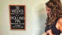 <p>Calon adik bayi panjangnya sudah seperti rolling pin. Eh, ternyata ada tiga koki yang sudah menunggu si dedek bayi nih. (Foto: Instagram/ @cbchatman)</p>