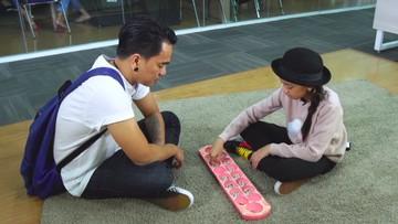 Keseruan Zara Leola Main Congklak Bareng sang Ayah, Enda 'Ungu'
